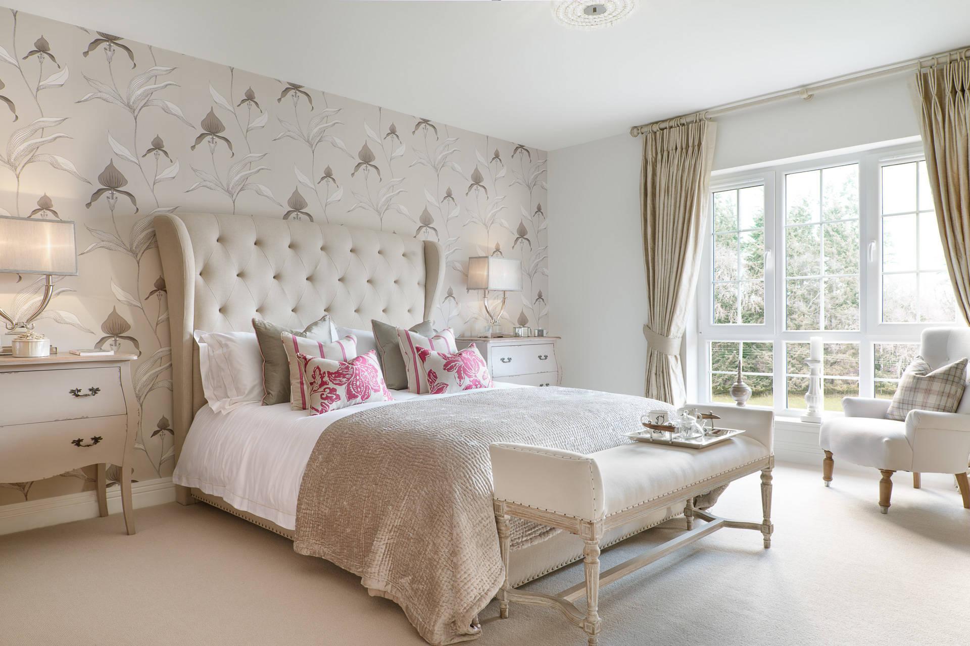 Идеально подобранные обои нежного пастельного тона с цветочным сюжетом для лондонской спальни