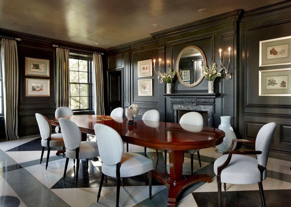 Пилястры в отделке стен черного цвета придают особой роскоши этой обеденной комнате
