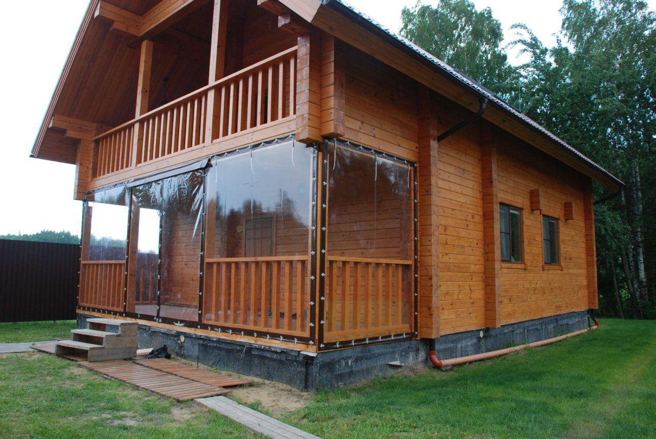 Просторная терраса утеплена ПВХ шторами в тон деревянной отделки