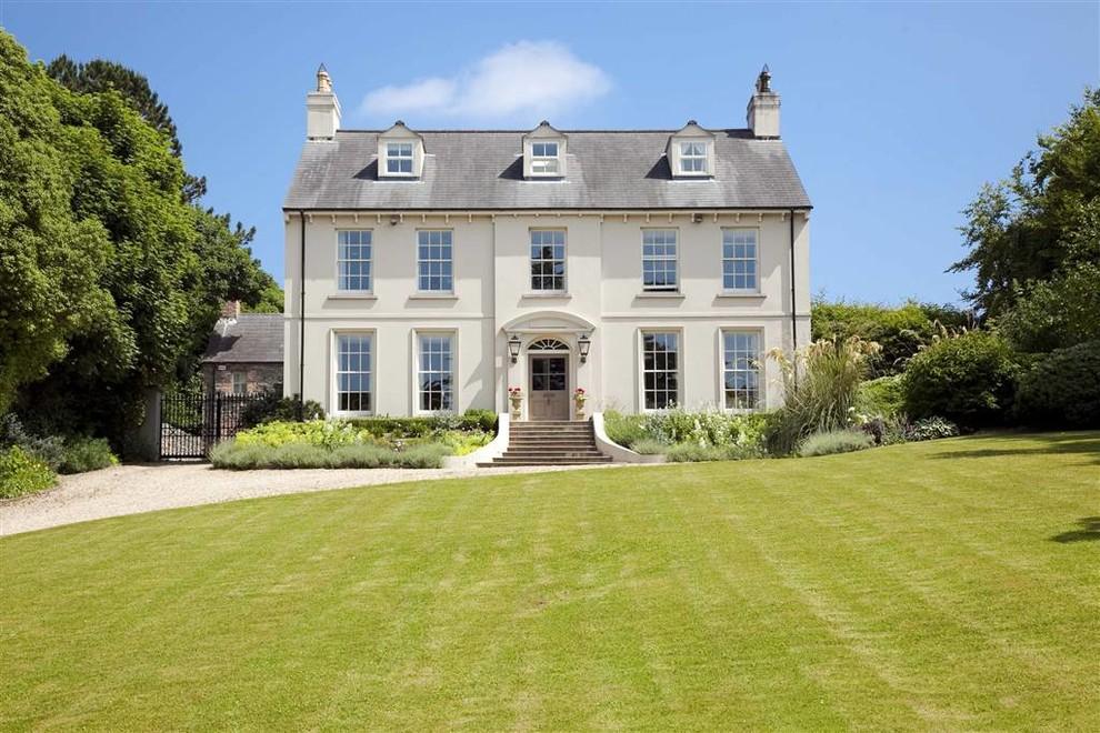 Красивый загородный дом из пеноблоков, построенный в английском стиле