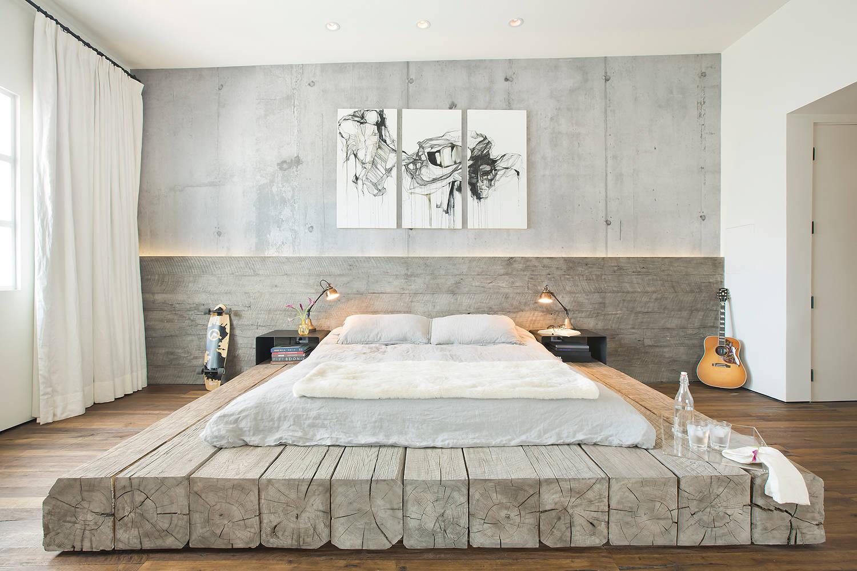 Минималистические мотивы в интерьере небольшой светлой спальни