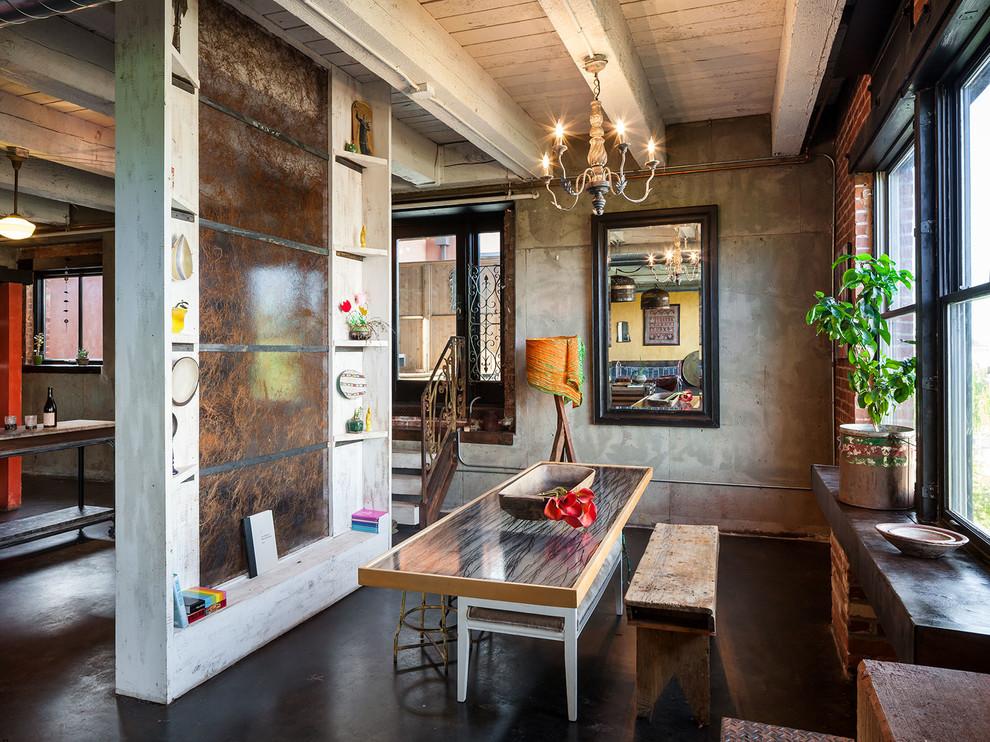 Кухня с небольшой столовой зоной в стиле лофт. На фото вы можете увидеть, как гармонично сочетаются кирпичная кладка и обои под бетон с массивным рисунком