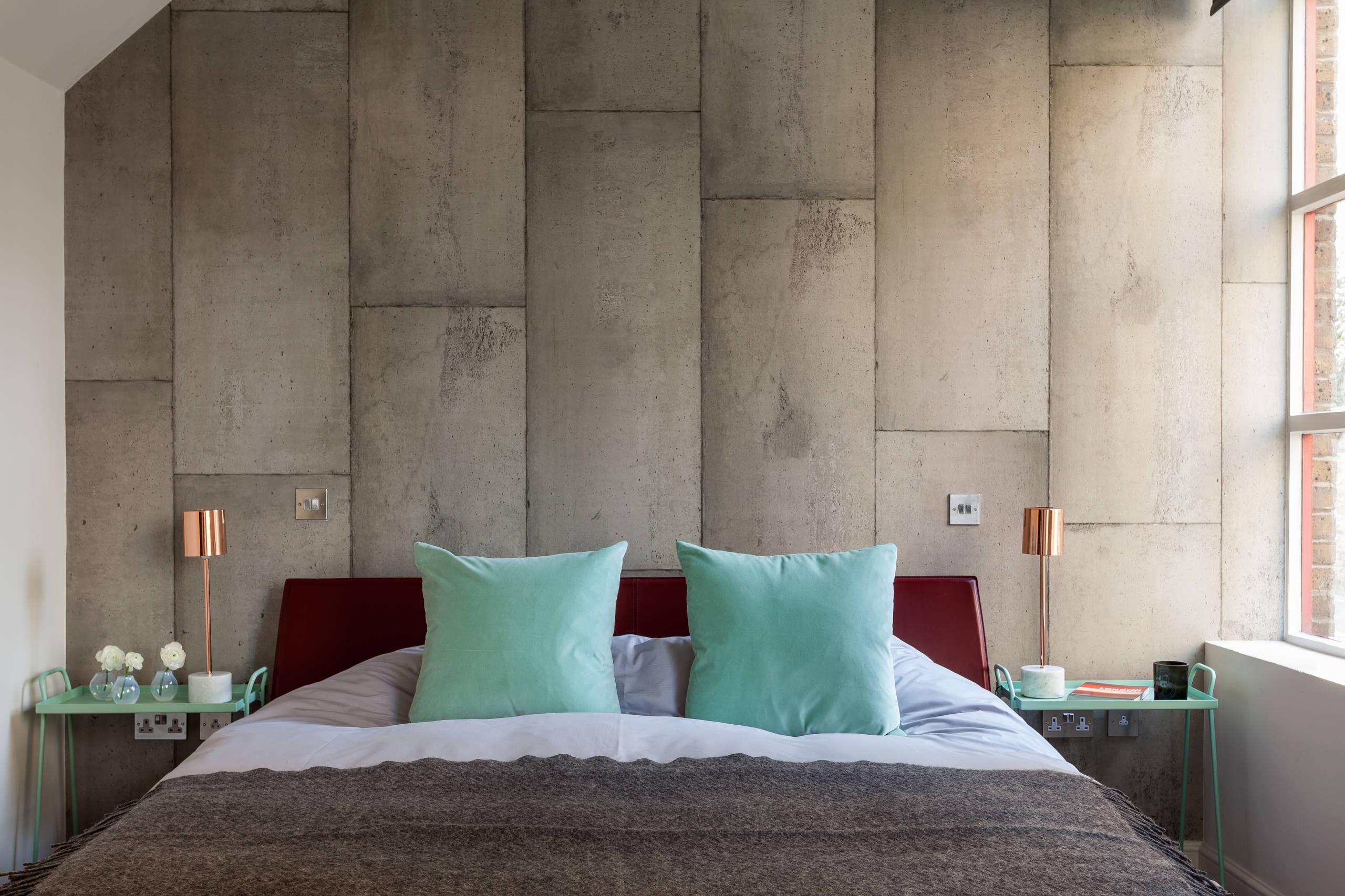 Неимоверно очаровательная атмосфера лофтового помещения с отделкой стен под бетон