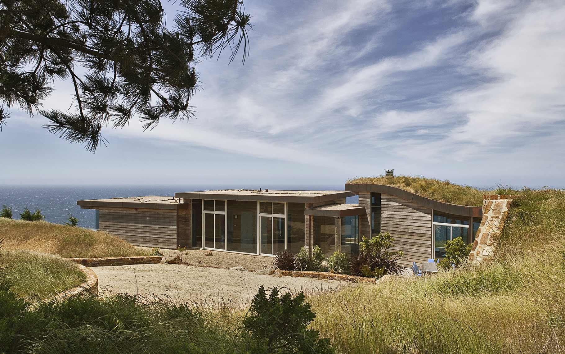 Металлопластиковые окна прекрасно сочетаются с любыми вариантами деревянных домов