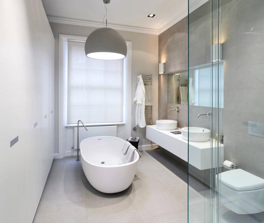 Просторная современная ванная комната в стиле контемпорари в белом цвете
