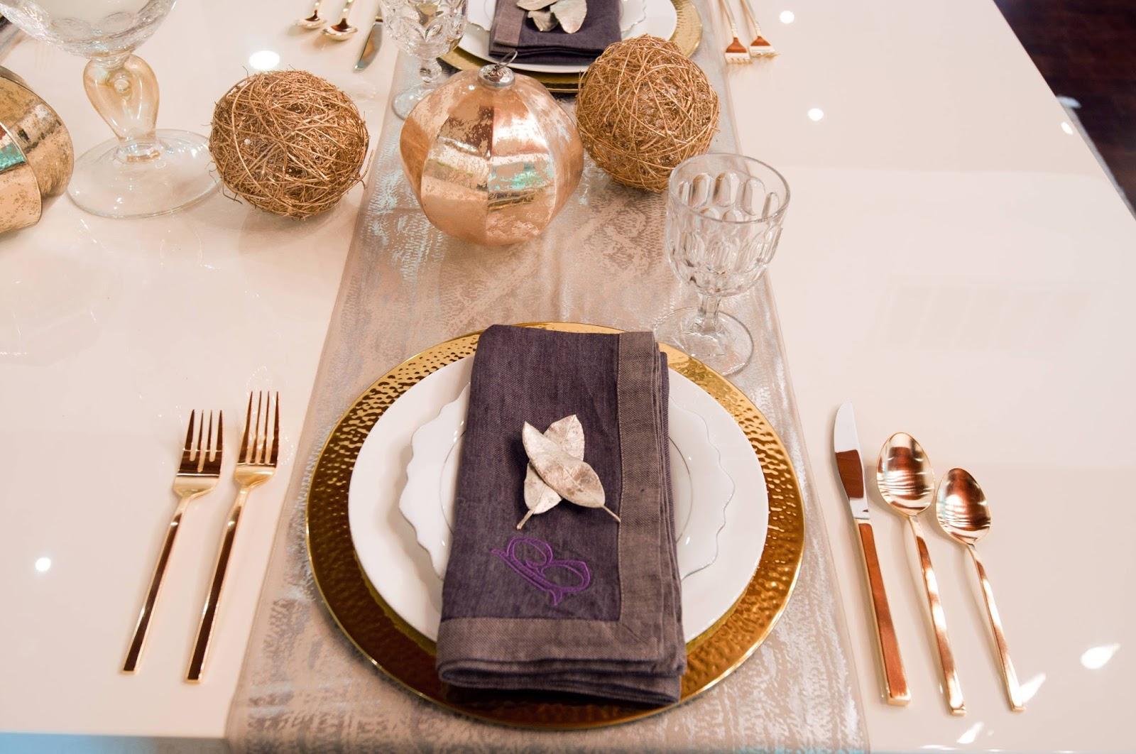 Обилие золотистых кантов и поверзностей в сервировке праздничного стола