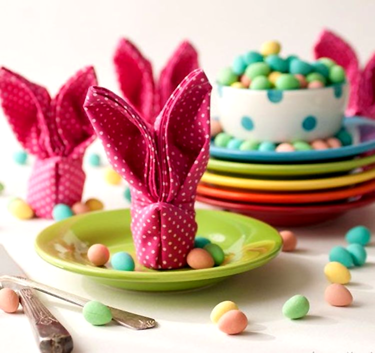 Салфетки, изобретательно сложенные в виде кролика, подойдут как для пасхального стола, так и для детского праздника