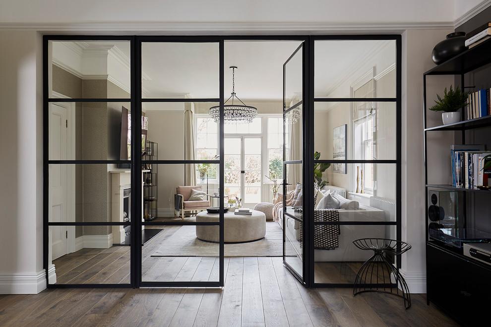 Стеклянные двери создают ощущение легкости: парят, не разрушают единство интерьера