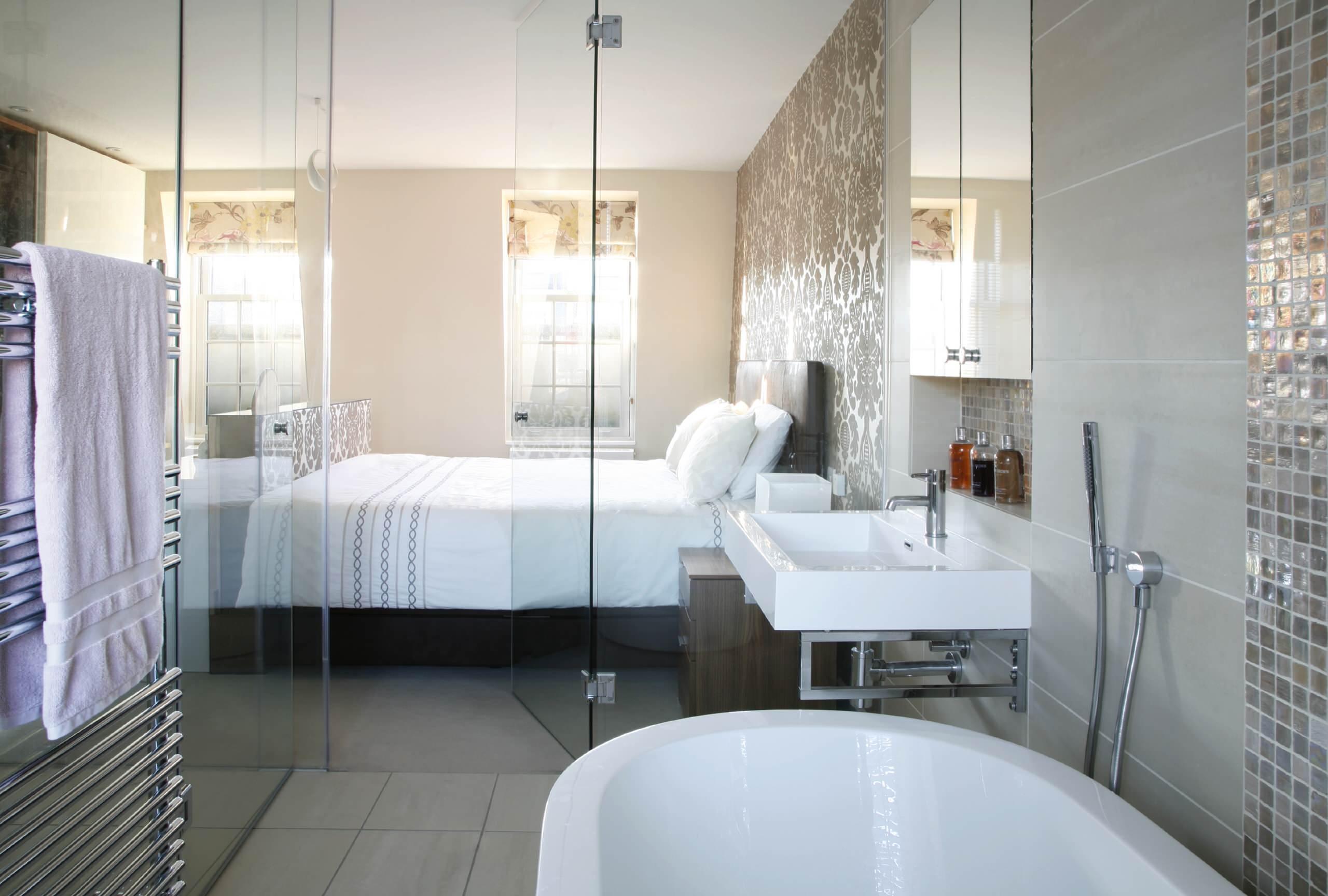 С помощью стеклянных дверей и перегородок вы легко сможете разделить на зоны пространство вашего дома
