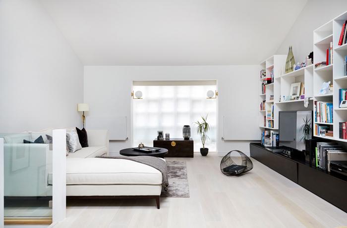 Светлая гостиная комната с контрастными элементами мебельного гарнитура