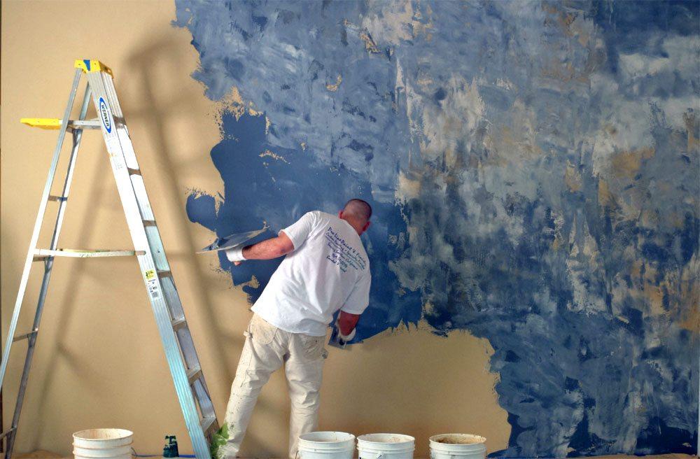 Гладкое, рельефное художественное оформление стен выполняется на третьем этапе работы
