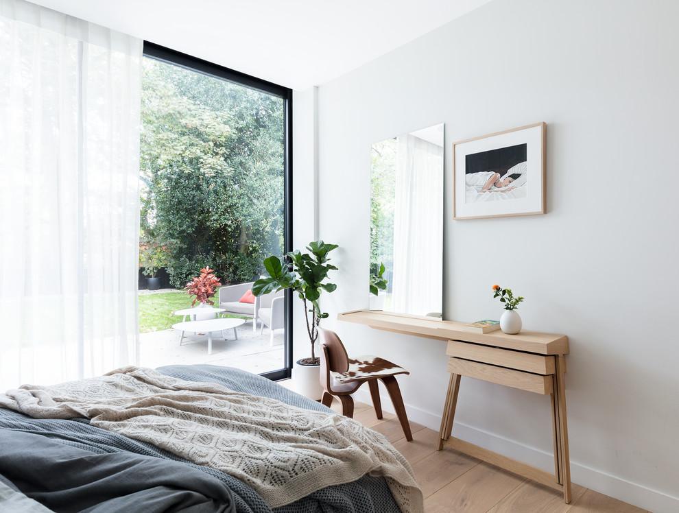 Белая спальня с панорамным видом на роскошный сад