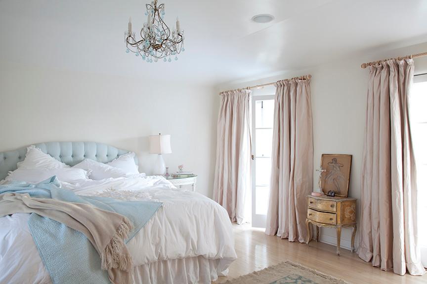 В белой спальне с огромным окном не требуется много освещения