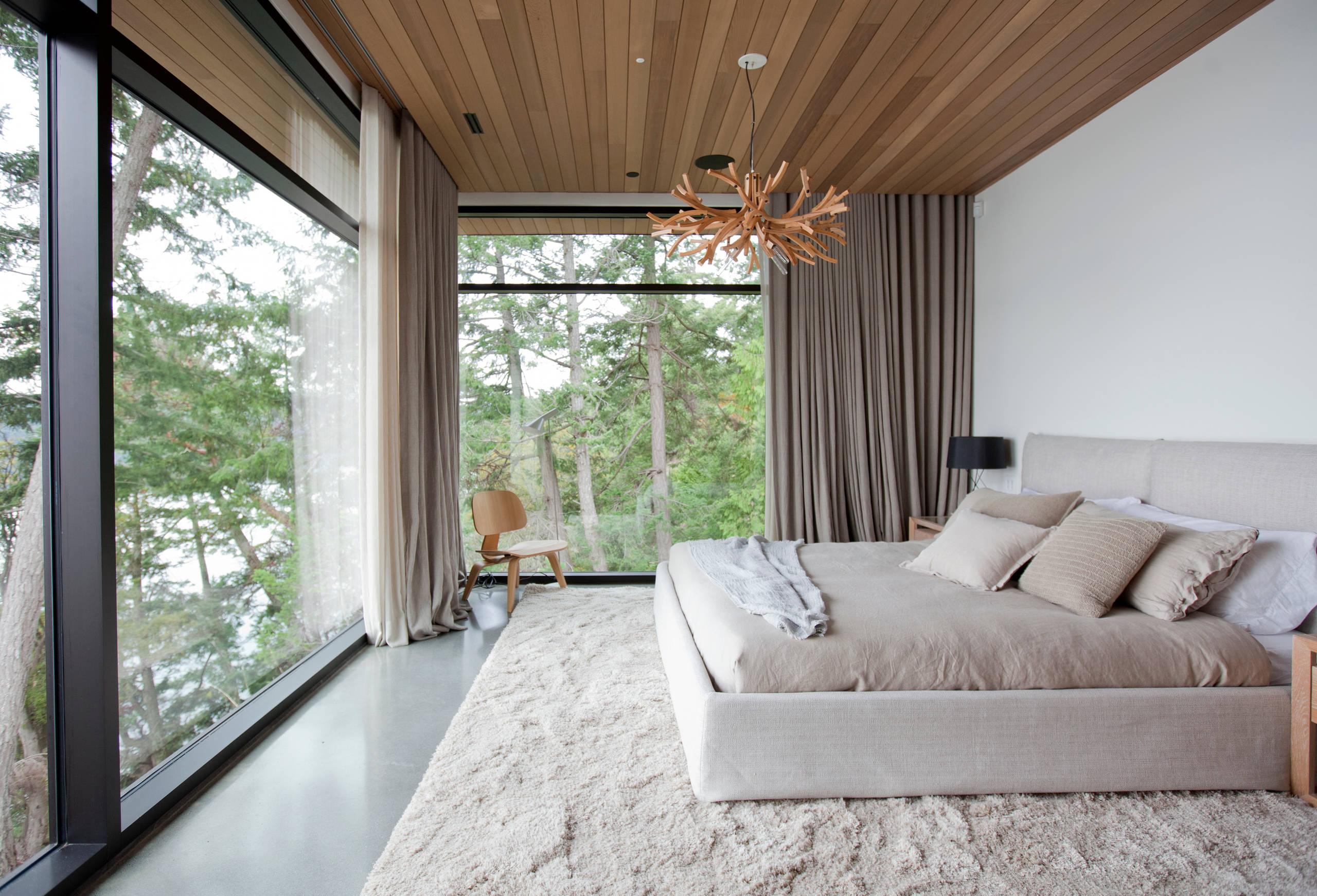 Светлая спальня с окнами в пол