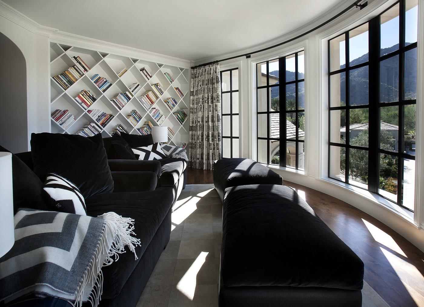 Черно-белая гостиная с панорамным видом на горы