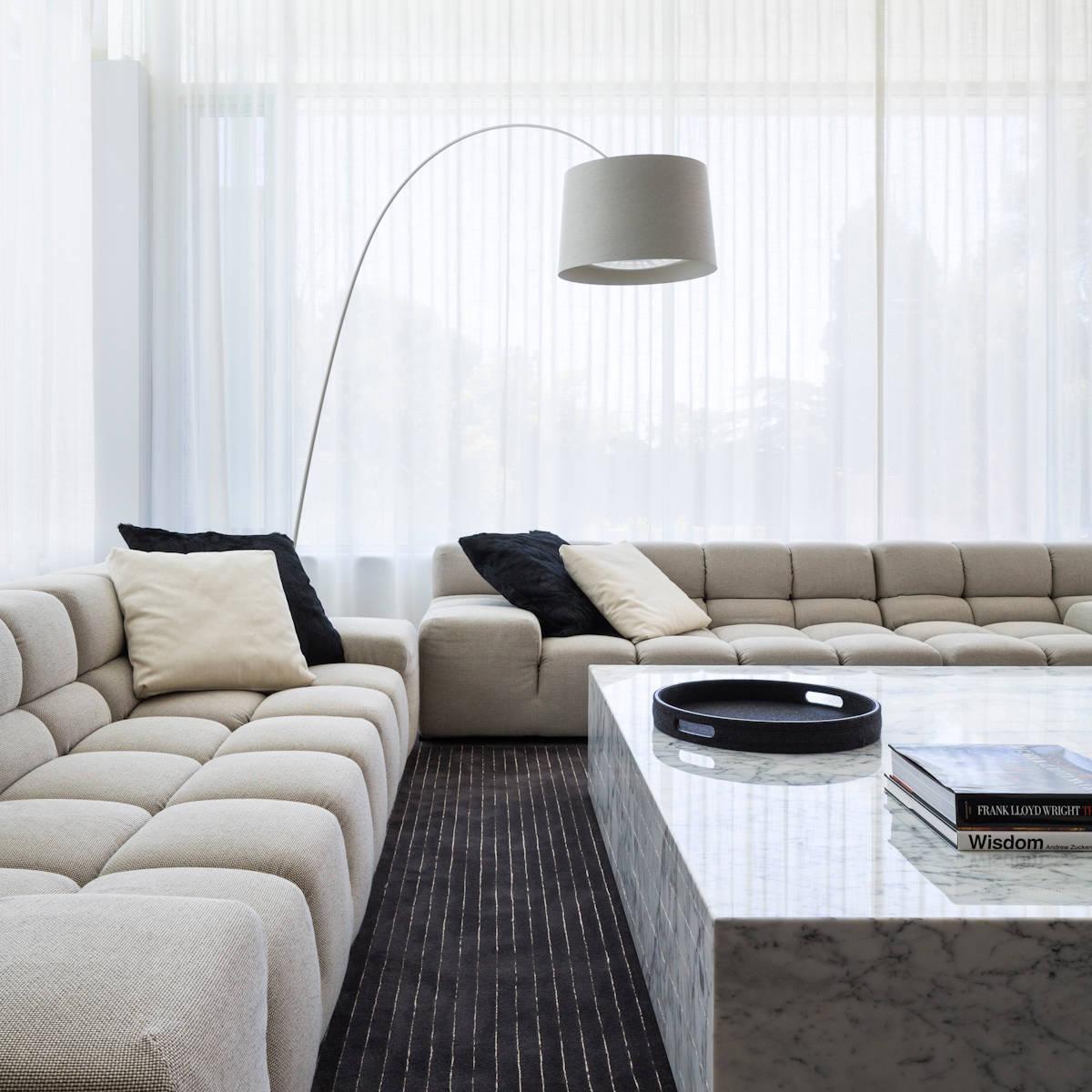Стильная белая гостиная с мраморной мебелью