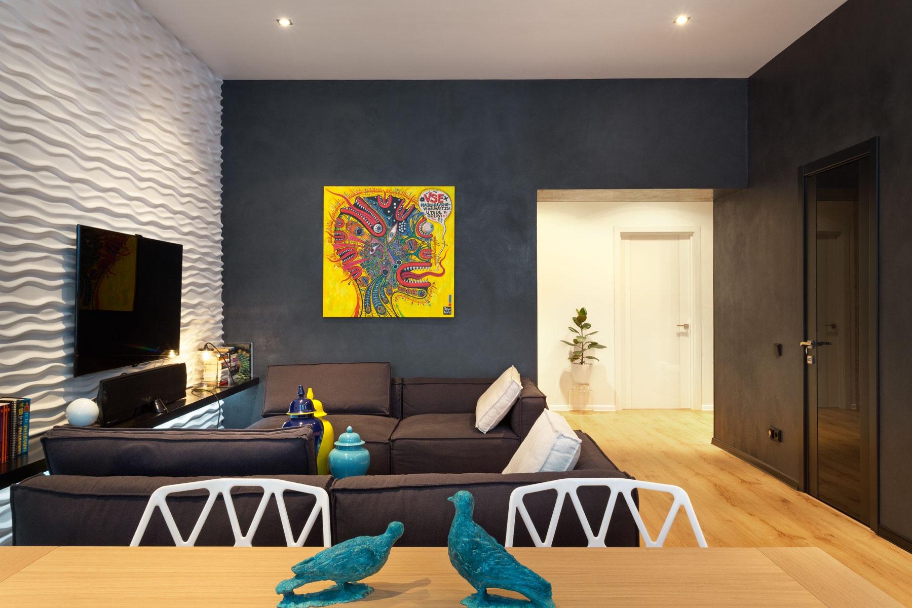 Черный способен внести свежие ноты в интерьер - сочетание отделки стен 3D-панелями и декоративной штукатурки