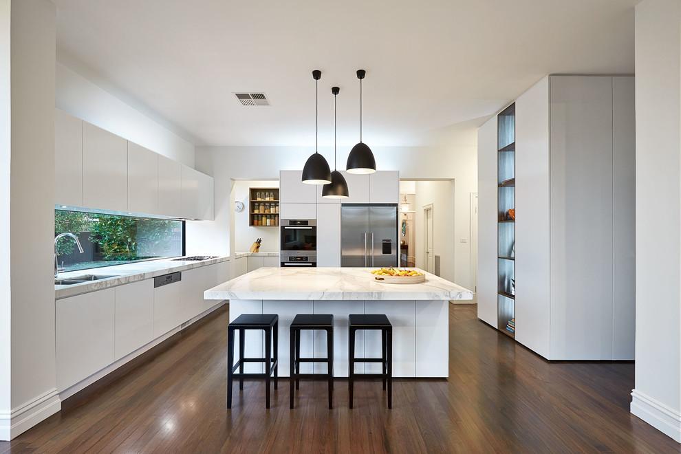 Просторная и очень комфортная кухня, оформленная в современном стиле