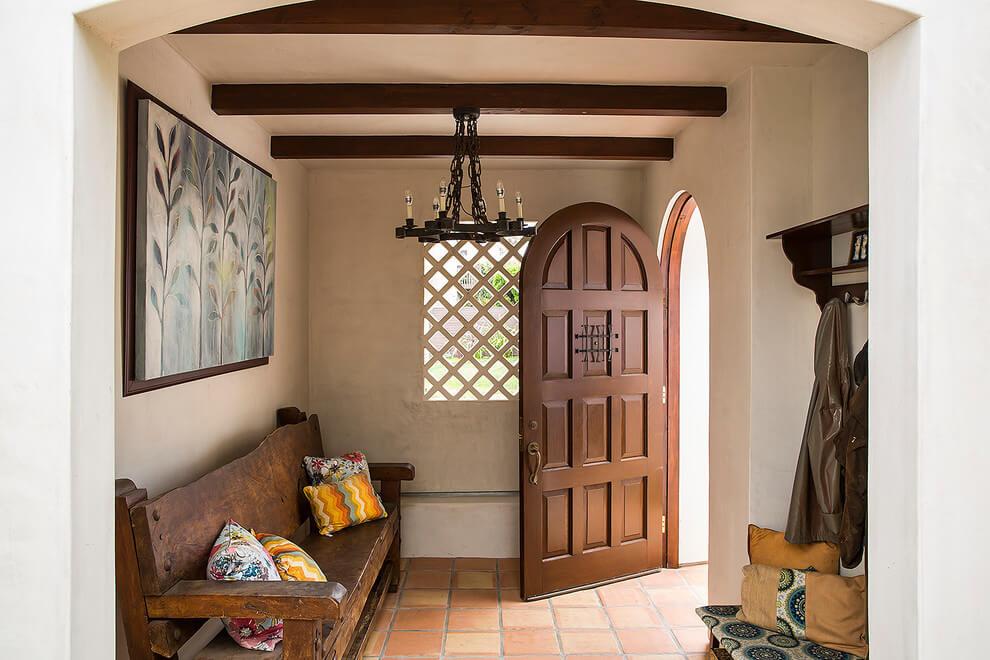 Входная дверь с закругленной верхней частью