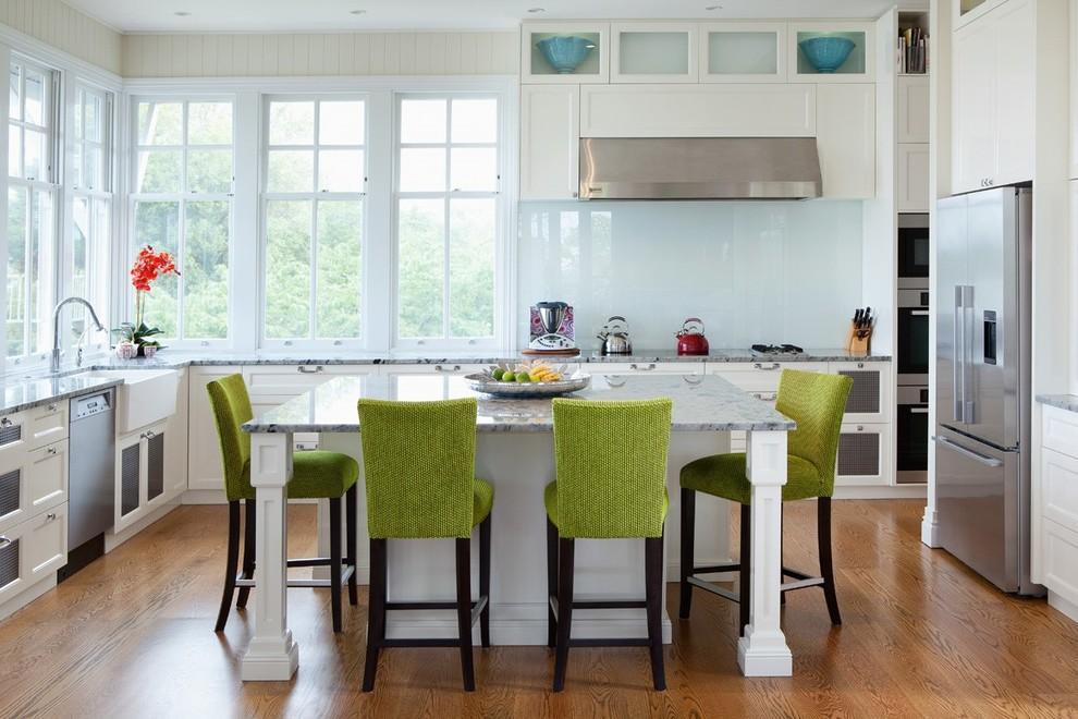 Цветной стеклянный фартук, защищающий окрашенные стены кухни