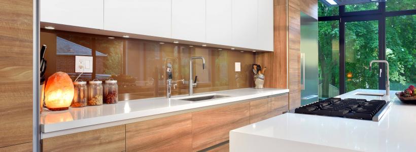 60+ Идей фартука для кухни из стекла: новое слово в отделке кухонных поверхностей (фото)