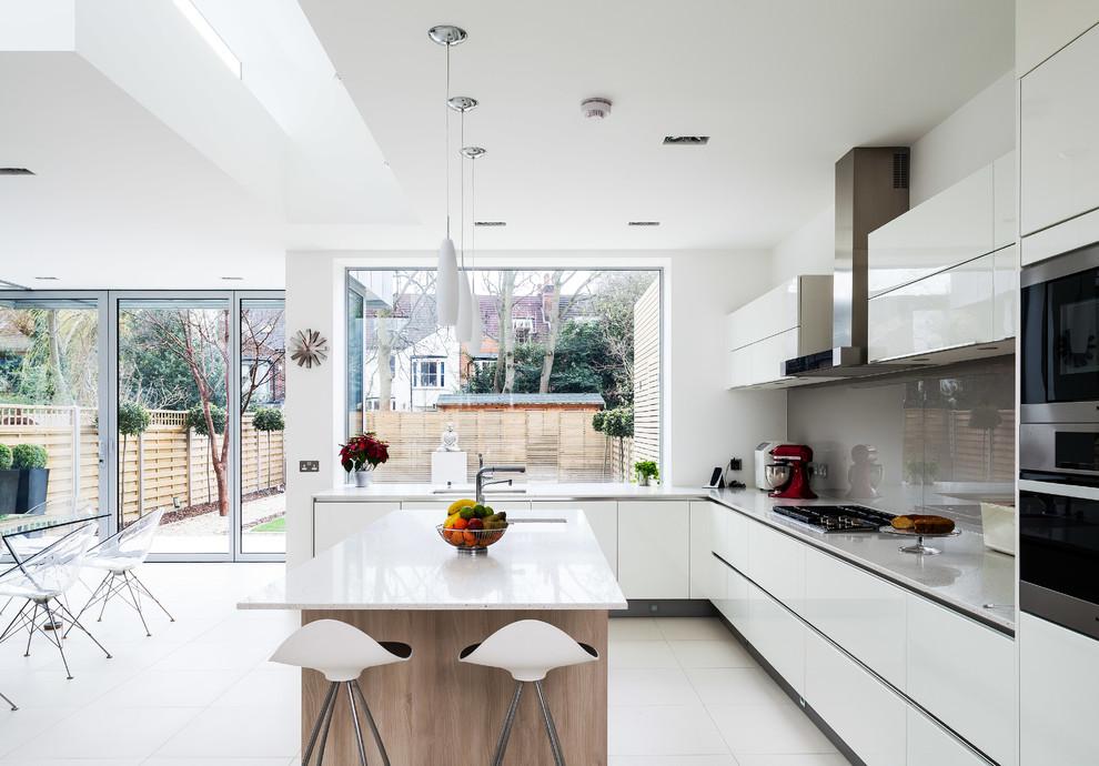 Кухня-столовая, оформленная черно-белом цвете
