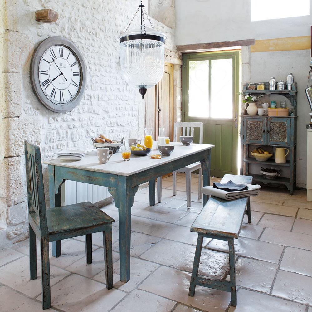 Кухня с интерьером в стиле прованс, в которой удачно подобран каждый элемент декора