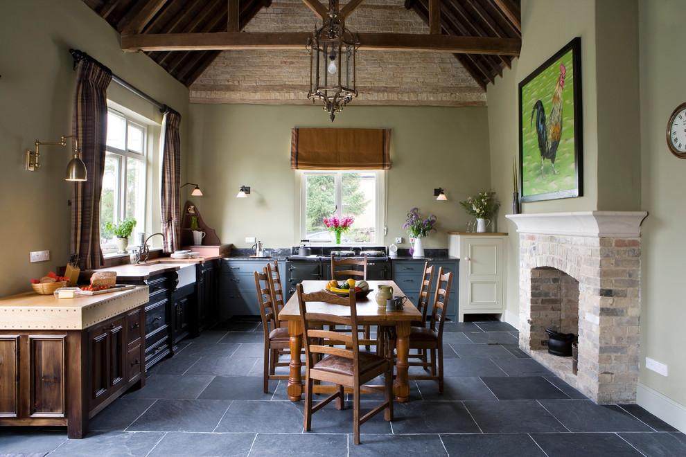 Уютная кухня частного дома, оформленная в стиле кантри