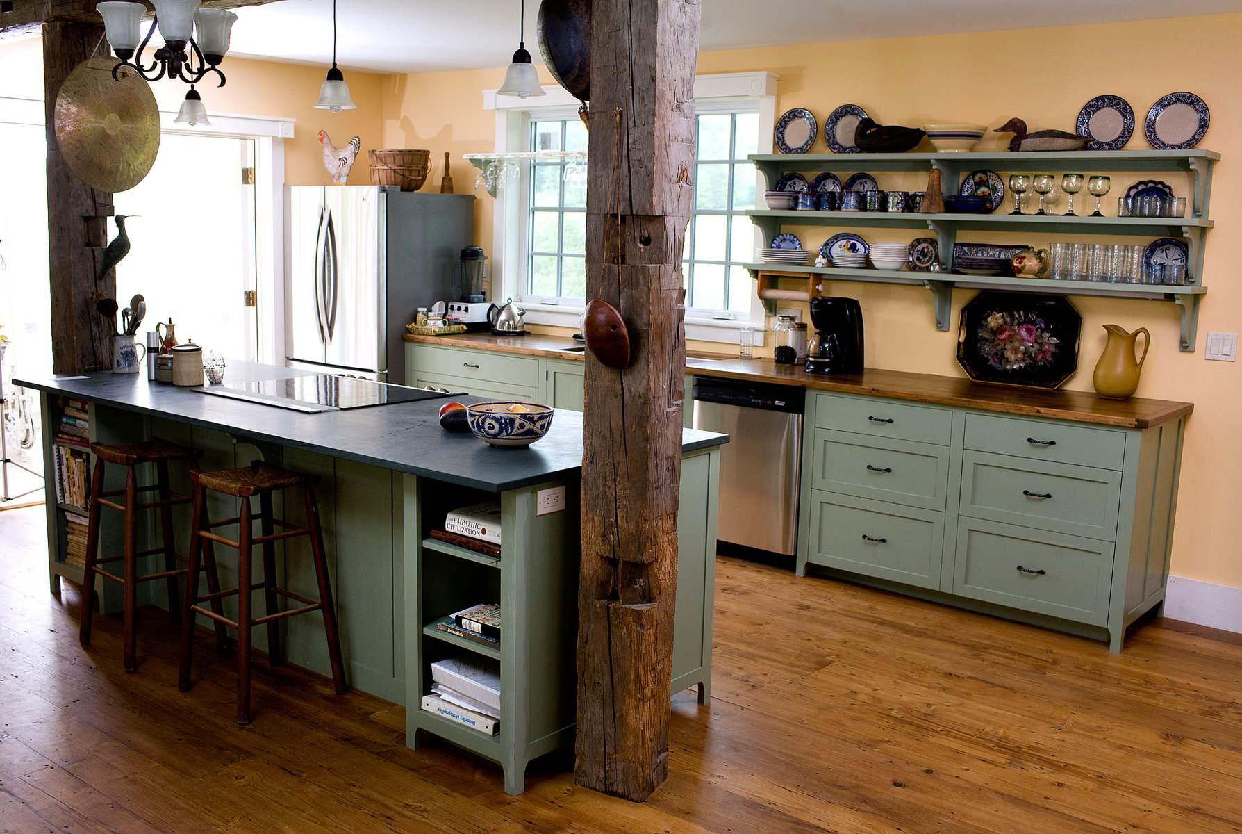Просторная кухня в стиле кантри с соответствующей статуэткой петуха