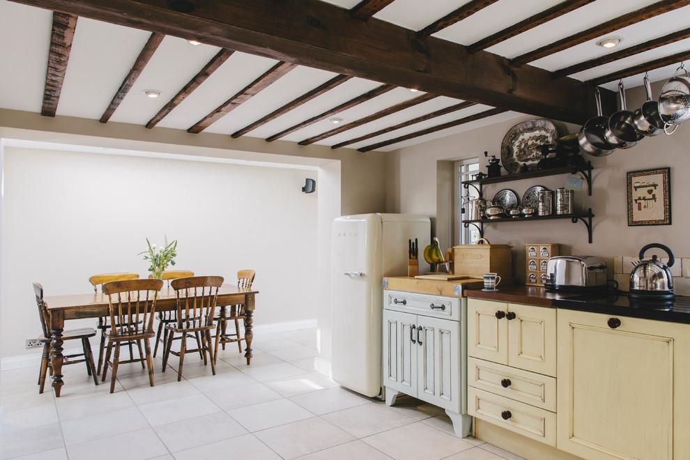 Современная кухня частного дома в стиле кантри