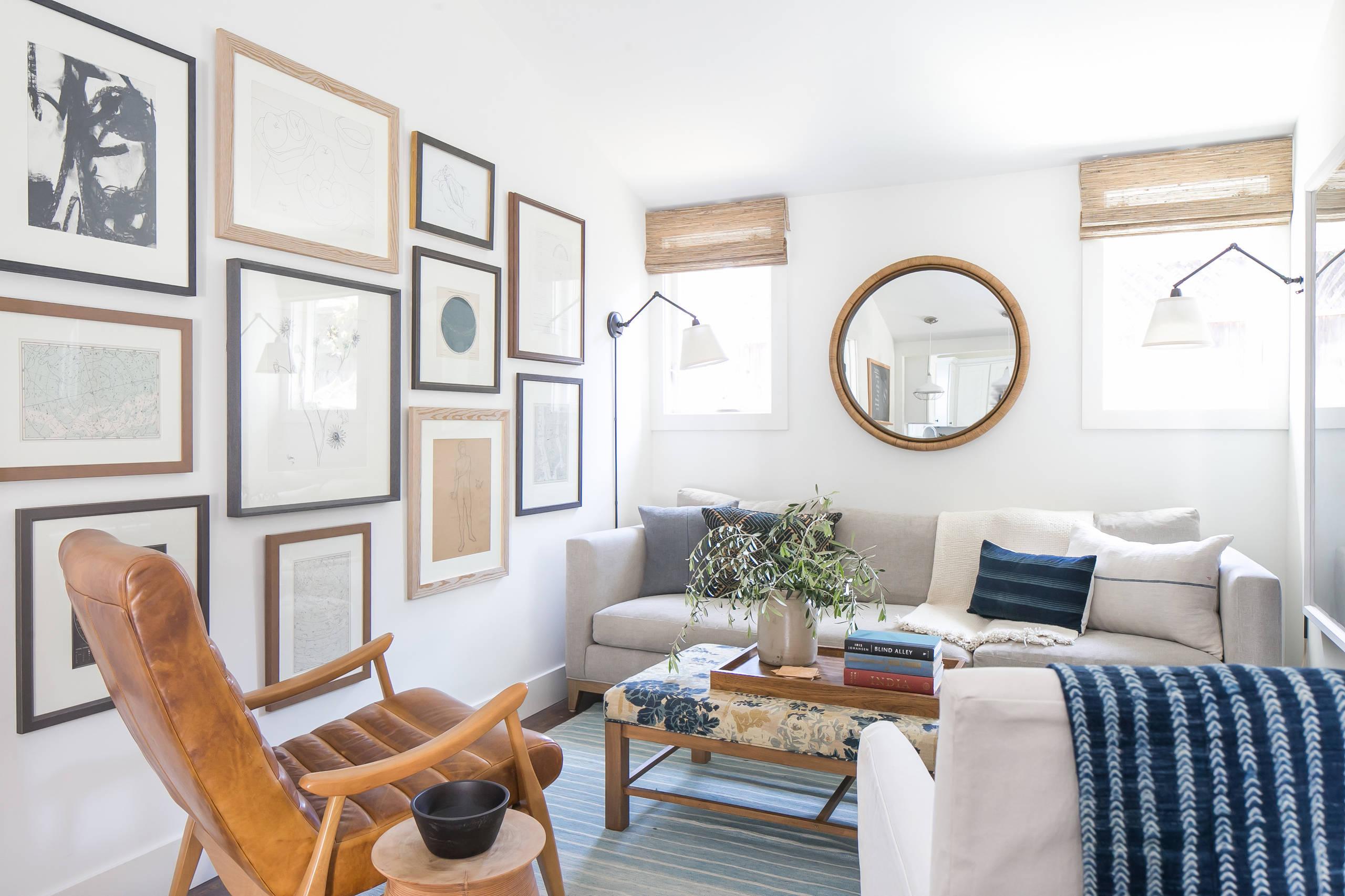 В комнате, которая имеет вытянутую форму прямоугольника , диван лучше всего разместить у наименьшей стены