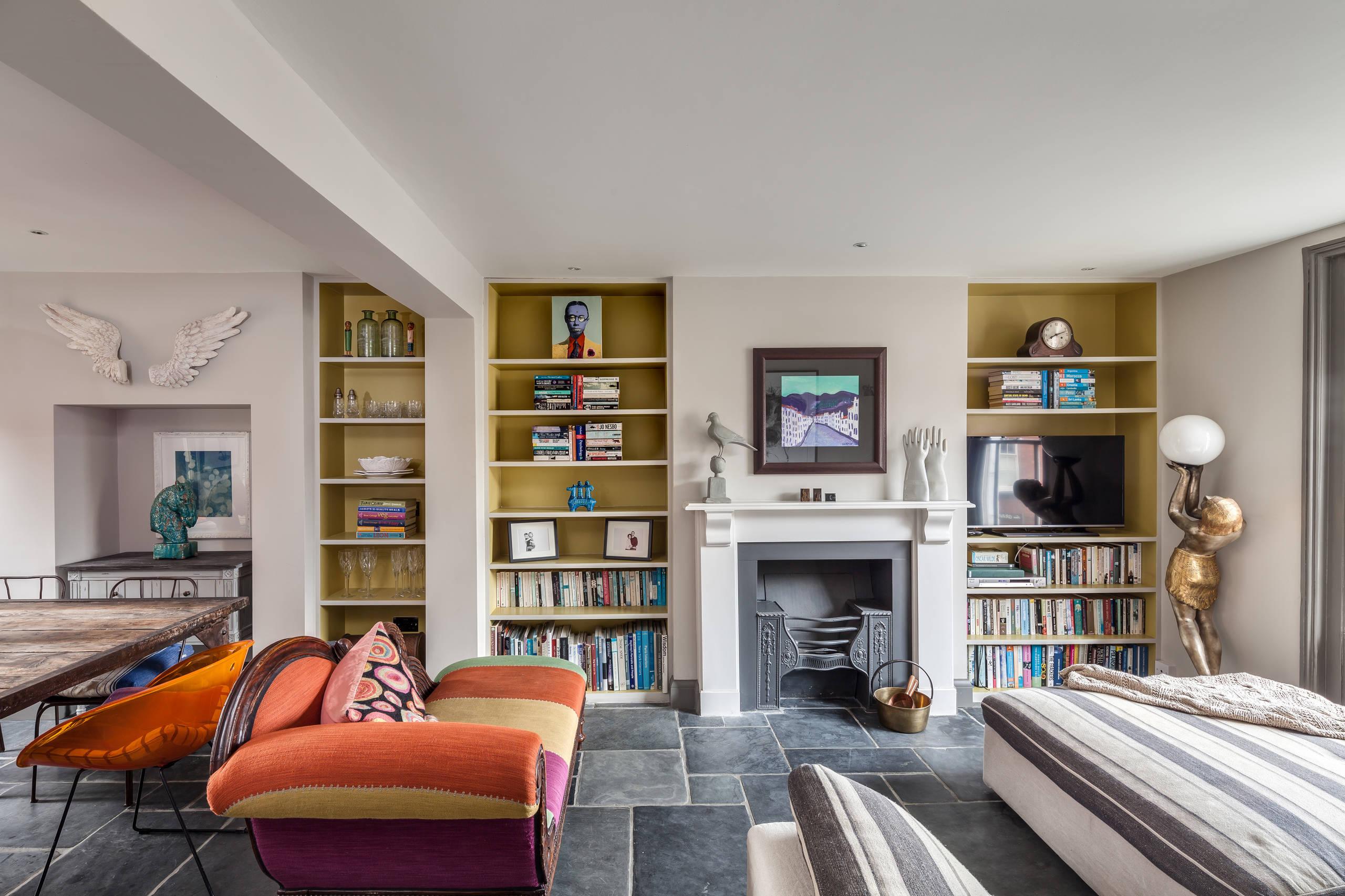 Нужно уделить большое внимание выбору дивана для вашей комнаты, ведь существует множество моделей и цветов, а мебель в комнате должна сочетаться с интерьером помещения