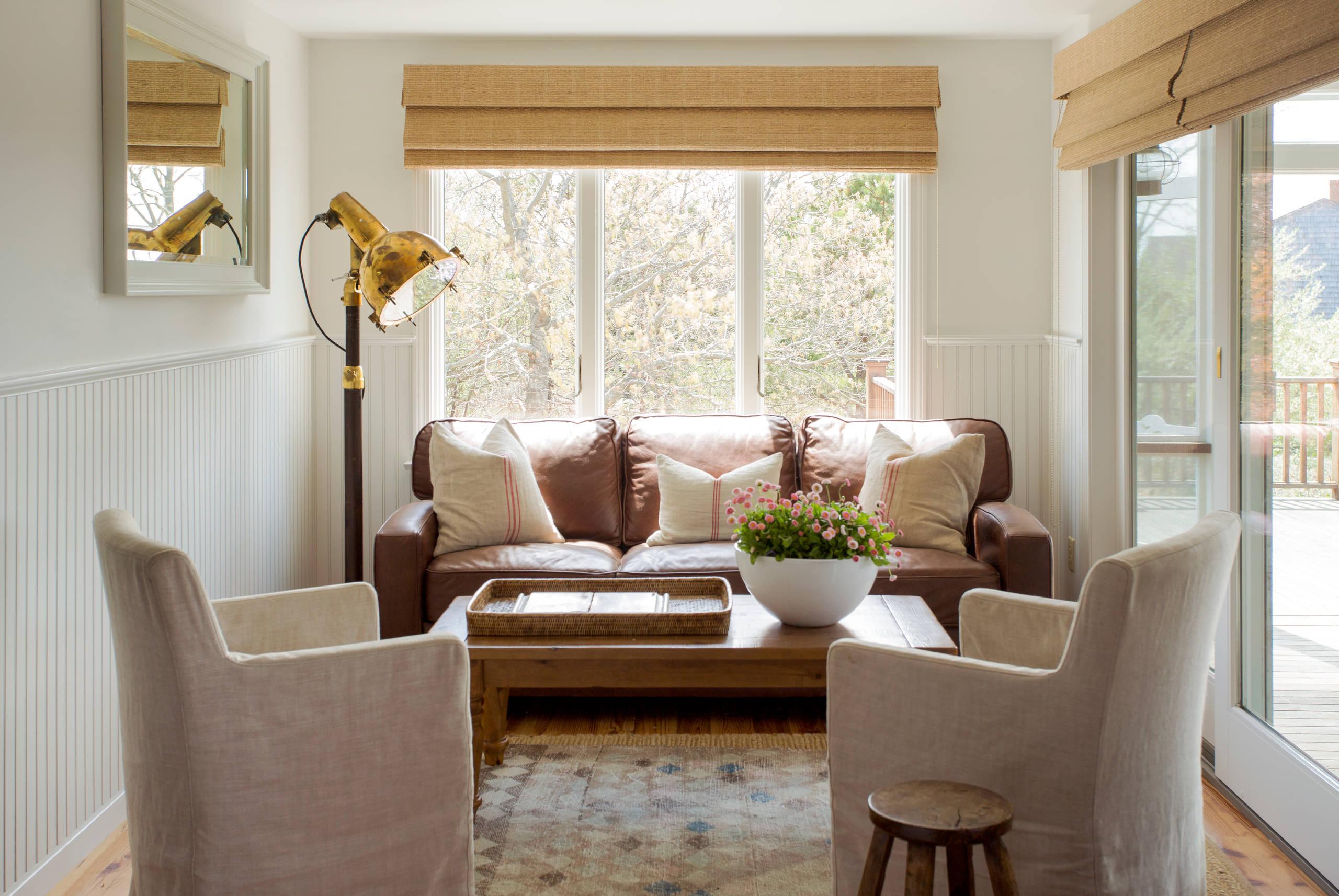 Отличным дизайнерским решением станет гостиная в бежевых тонах, она будет смотреться изысканно и со вкусом