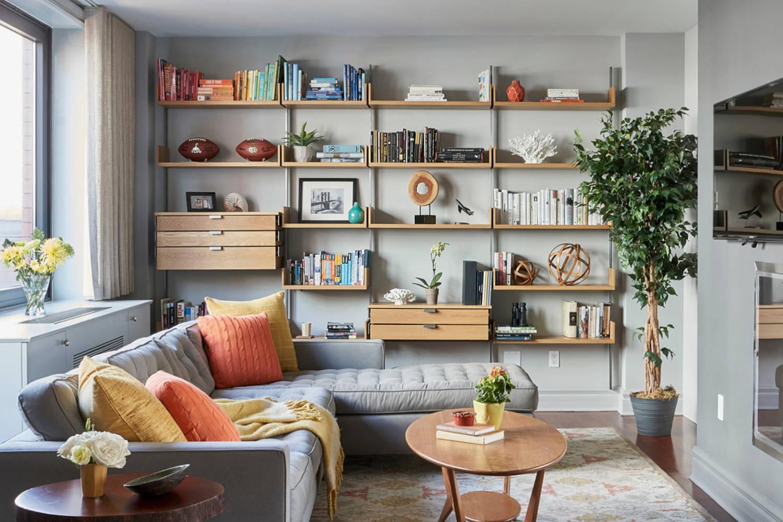 В интерьере гостиной, для дивана, сделанного в выдержанных тонах, отлично подойдут яркие подушки, которые будут привносить цвета в дизайн помещения