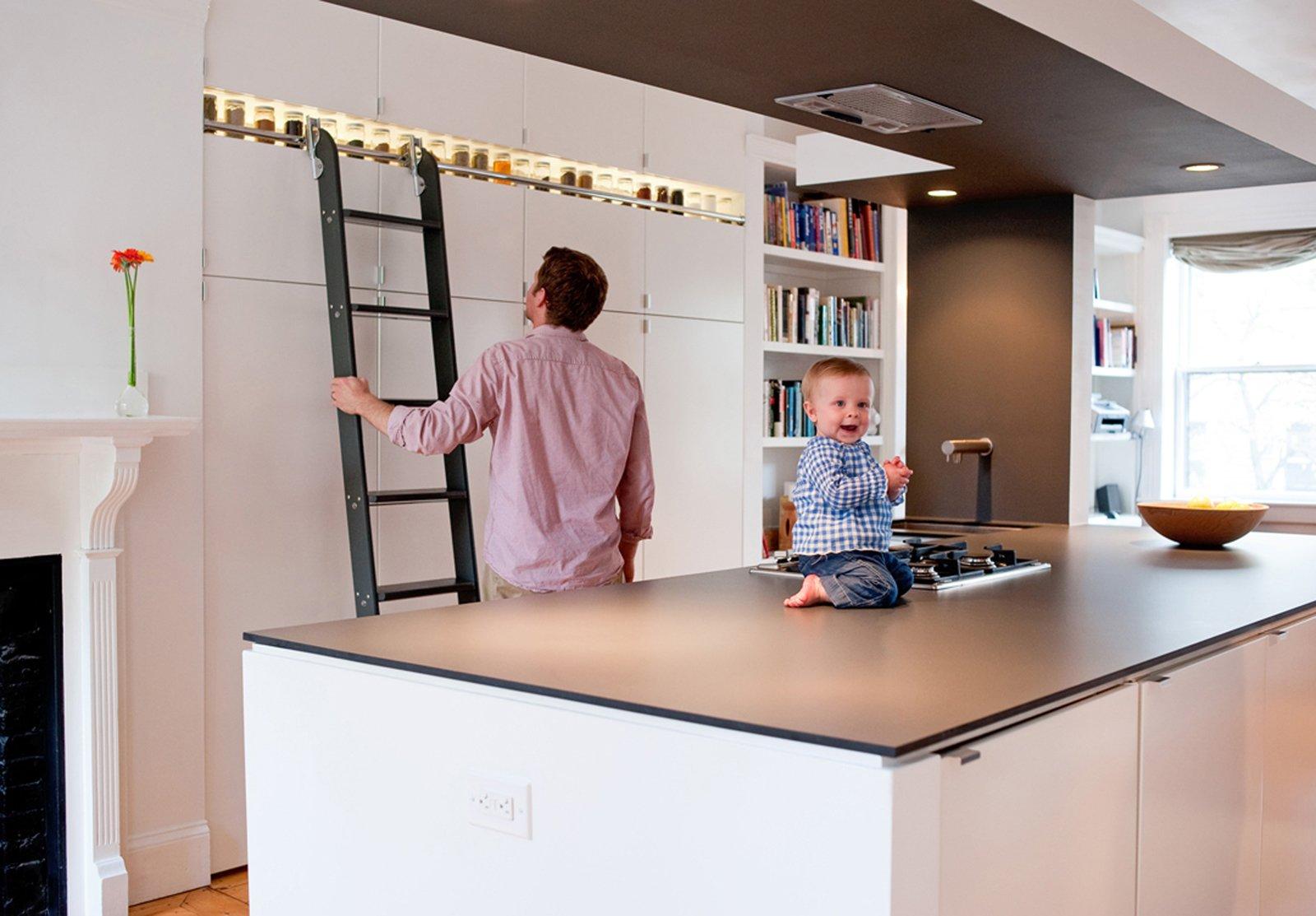 Подобный вариант хранения специй на кухне является также оригинальным декором современного интерьера