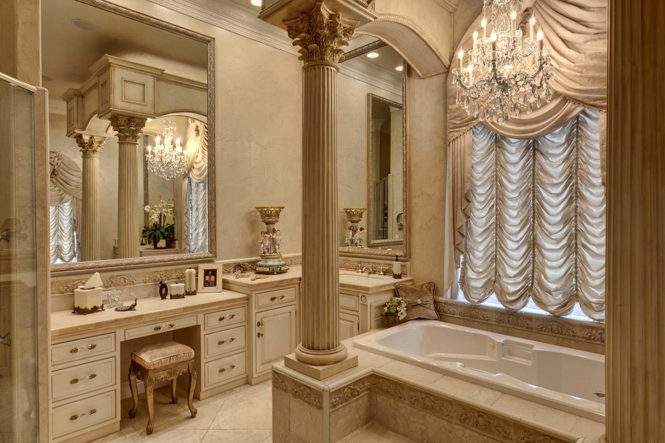 Удачное применение французских штор в ванной, оформленной в духе классической роскоши. Здесь они менее всего нуждаются в подъемном механизме