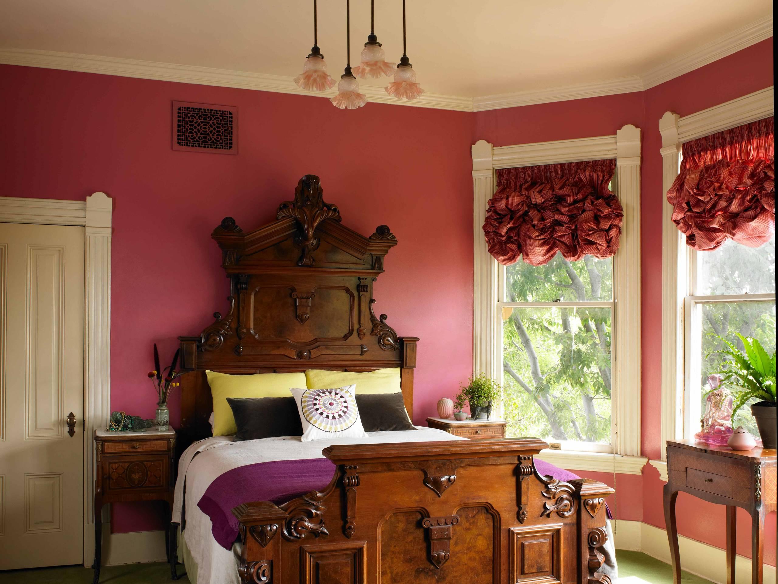 Шикарная небольшая спальная комната, оформленная в красных тонах