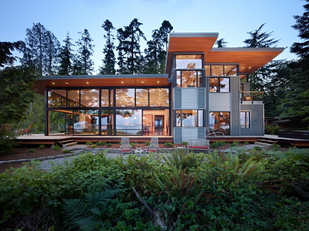 Красивое сочетание стекла и дерева в дизайне современного коттеджа