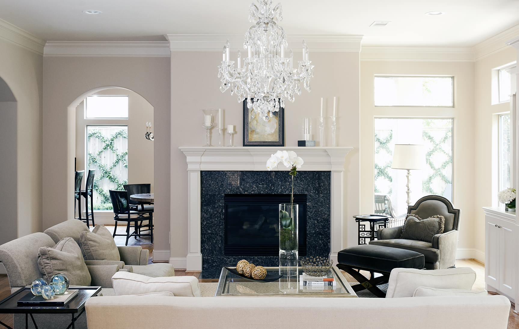Небольшая светлая гостиная с интерьером в классическом стиле