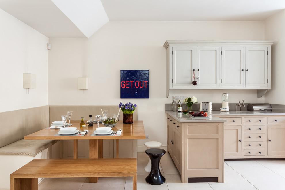 Барная стойка послужит границей между зоной кухни и столовой