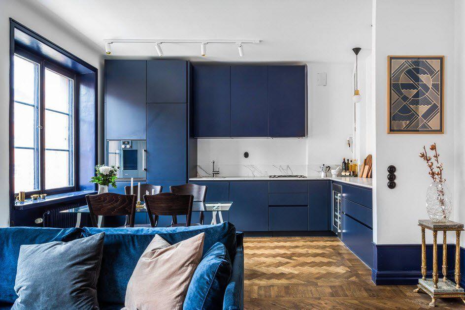 Синяя кухня на белом фоне смотрится очень выразительно