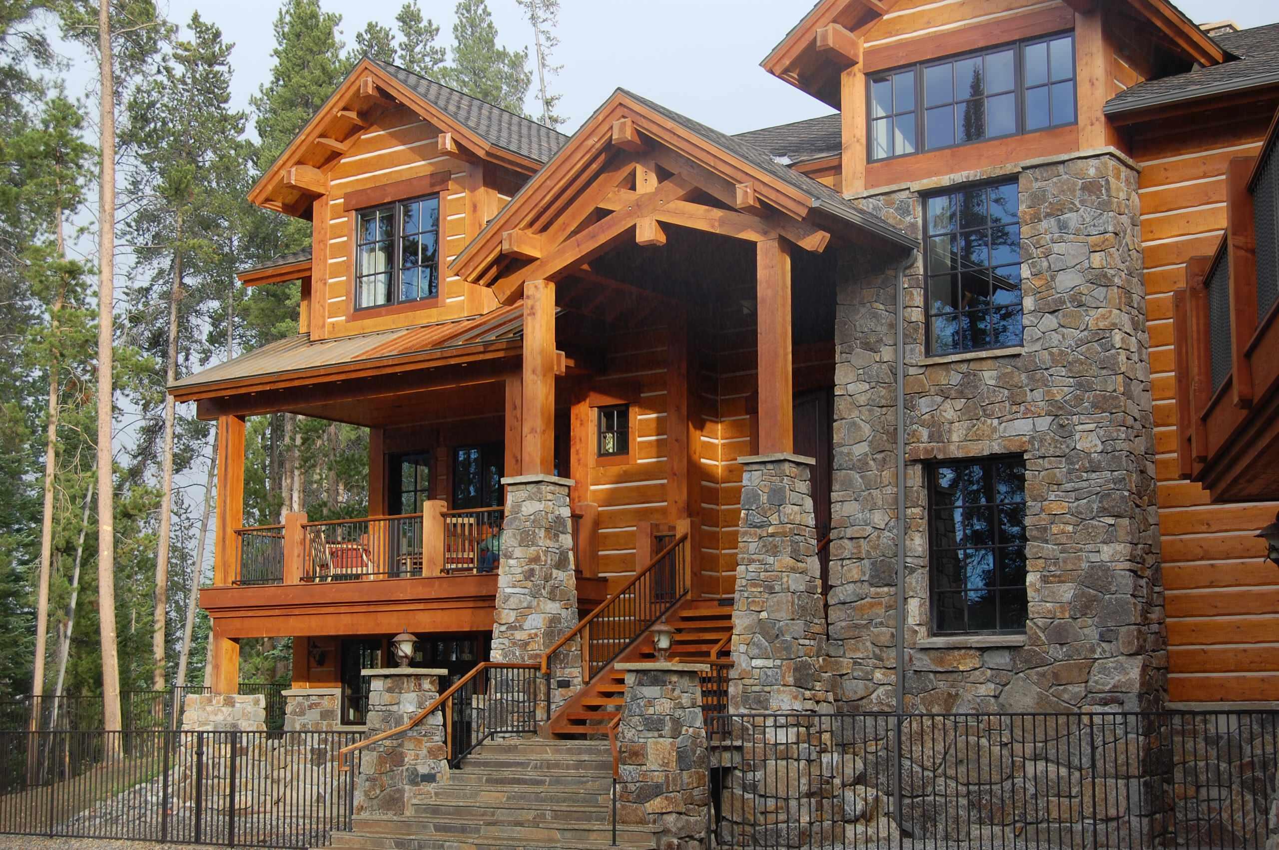 Трехэтажный дом из строганного бруса с небольшим балконом