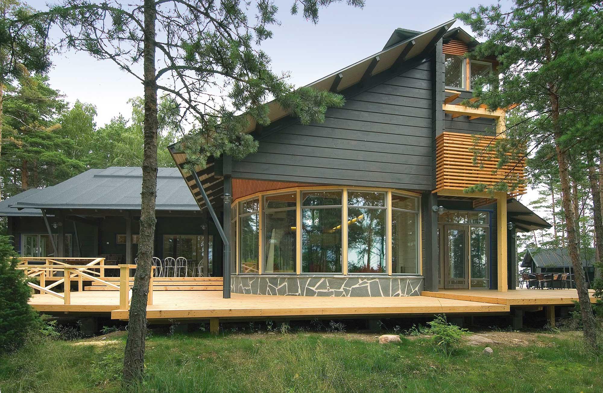 Стильное черно-коричневое оформление брусчатого дома с мансардой