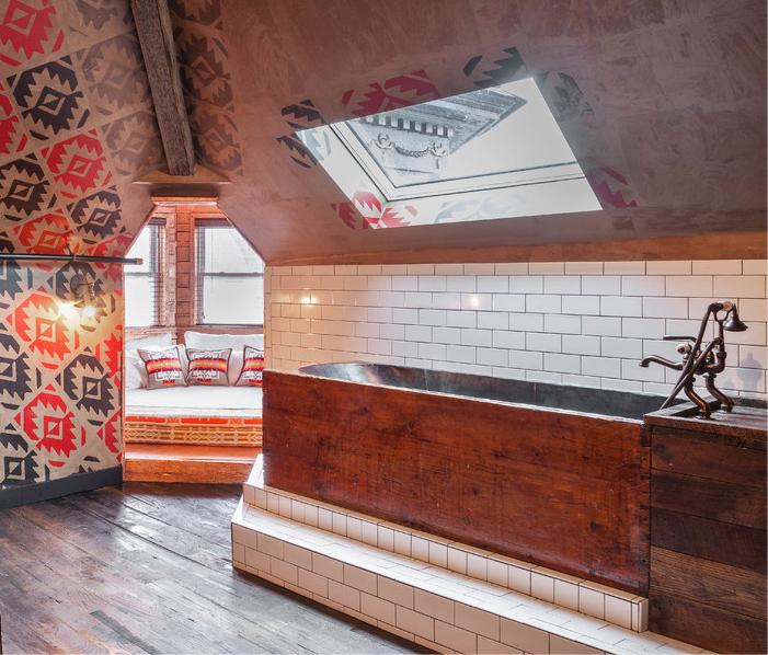 Необычная деревянная ванная с тумбой на мансардном этаже