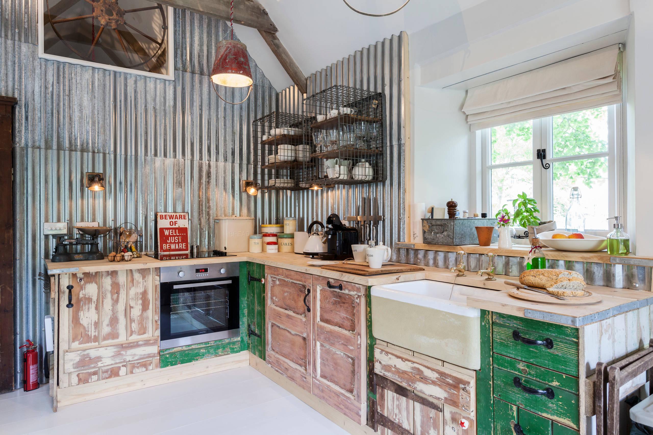 Гармоничное сочетание старой доски и металла в интерьере кухни