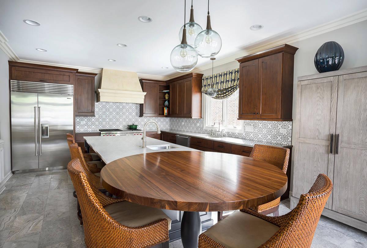 Двуцветный деревянный круглый столик в дизайне современной кухни