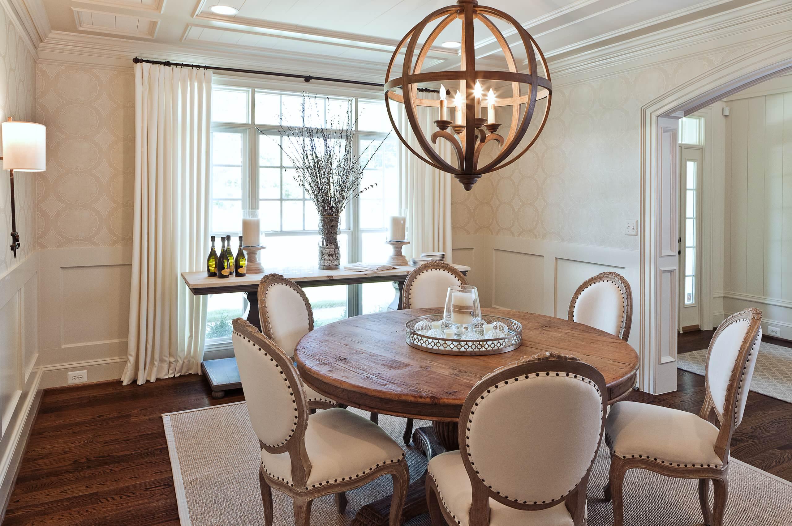 Мебель из дуба в интерьере столовой в духе прованс