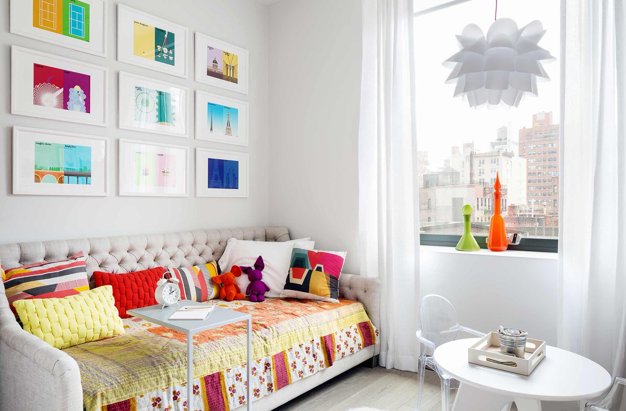 Яркий декор сделает интерьер более контрастным