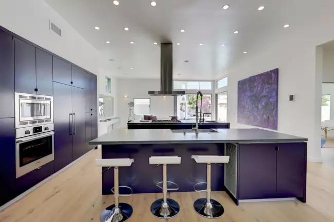 Благородный темный оттенок на белых стенах в просторной кухне