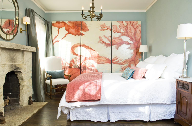 Уютная спальня с элементами стиля кантри